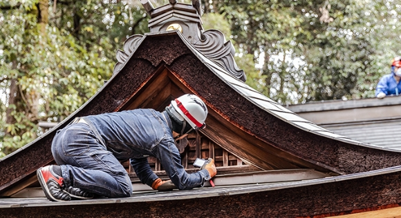 施工前に必ず、木材の専門家による調査と診断の様子